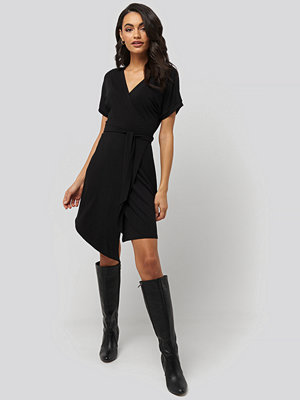NA-KD Overlap Jersey Dress svart