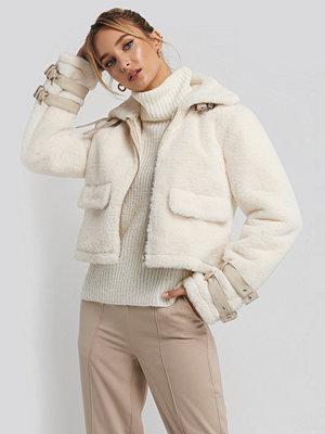 Adorable Caro x NA-KD Faux Fur Cropped Jacket vit