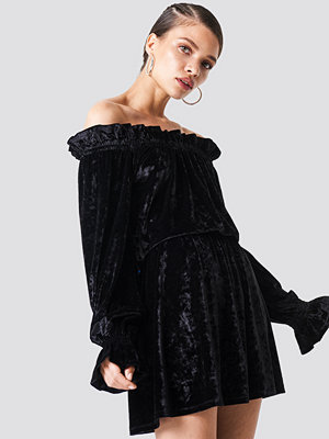 NA-KD Party Off Shoulder Velvet Smock Dress svart