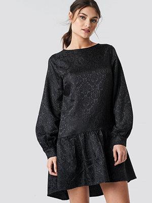 NA-KD Party Dip Hem Jacquard Dress svart