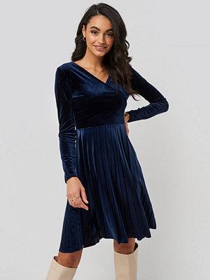Trendyol Pleated Velvet Mini Dress blå