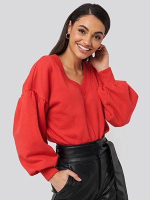 Tröjor - NA-KD Puff Sleeve V-neck Sweatshirt röd
