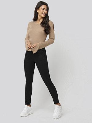 Dilara x NA-KD Highwaist Raw Hem Cropped Jeans svart