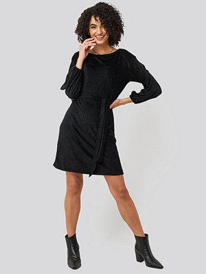 Trendyol Textured Belted Mini Dress svart