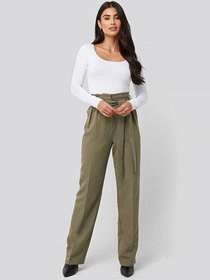 Dilara x NA-KD omönstrade byxor Tie Waist Wide Pants grön
