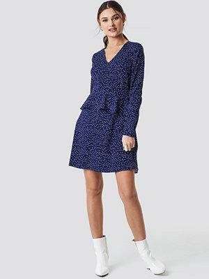 NA-KD Boho Irregular Dot Printed Flounce Dress blå