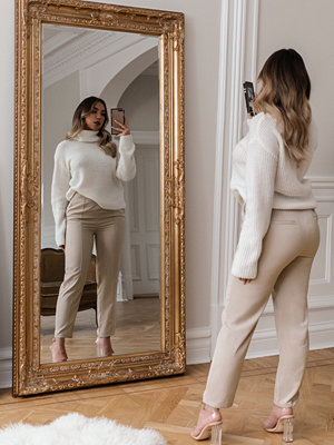 Adorable Caro x NA-KD omönstrade byxor Highwaist Shiny Suit Pants beige