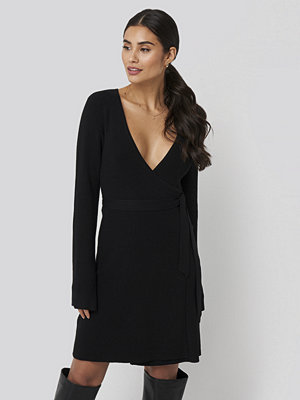 Dilara x NA-KD Overlap Rib Knitted Dress svart