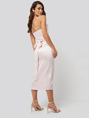 NA-KD Party Cross Back Belted Dress rosa