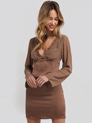 Adorable Caro x NA-KD Ruched Neckline Bodycon Dress brun