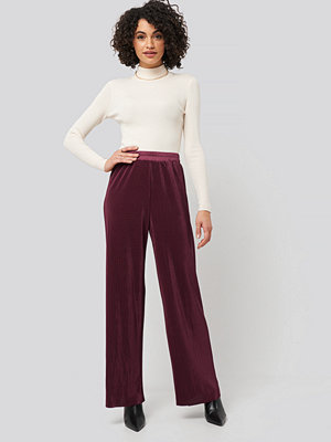 NA-KD omönstrade byxor Wide Pleated Pants röd