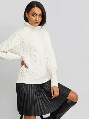 NA-KD Trend High Neck Cable Knitted Ribbed Sleeve Sweater vit