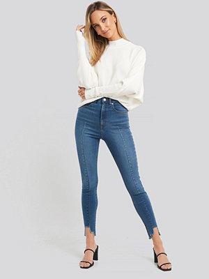NA-KD Super High Waist Asymmetrical Hem Jeans blå