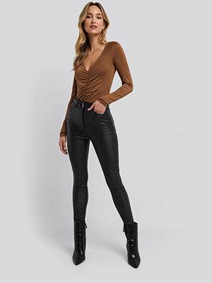 Adorable Caro x NA-KD svarta byxor Belt Detail Waxed Pants svart