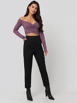 Dilara x NA-KD svarta byxor Front Pleated Suit Pants svart