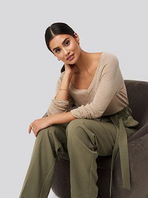 Tröjor - Dilara x NA-KD Thin Knit V-neck Sweater beige