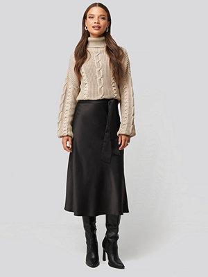 Nicci Hernestig x NA-KD Tie Waist Satin Skirt svart