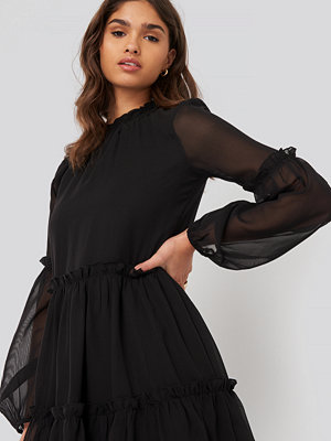 NA-KD Ruffle Detail Chiffon Dress svart