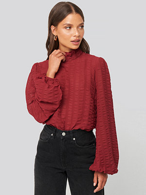 NA-KD Boho Frill Neck Structured Blouse röd