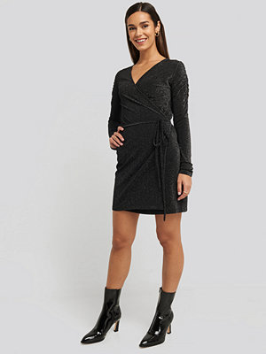 NA-KD Party Gathered Shoulder Glittery Dress svart