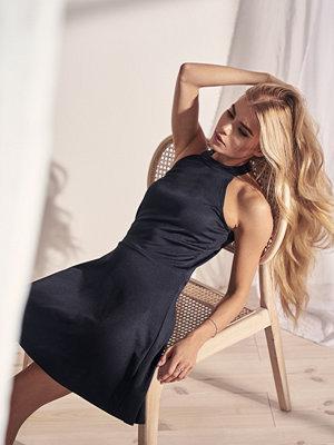 Pamela x NA-KD Halter Neck Skater Dress svart