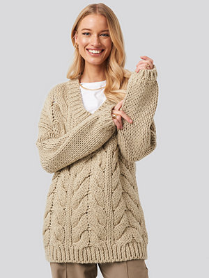 NA-KD Trend Wool Blend V-Neck Heavy Knitted Cable Sweater beige