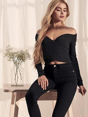 Pamela x NA-KD Bardot Wrap Front Crop Top svart