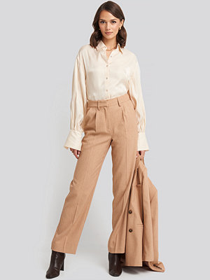 NA-KD Classic Mid Rise Creased Suit Pants beige byxor