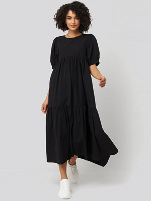 NA-KD Boho Puff Sleeve Pleated Tiered Midi Dress svart