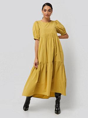 NA-KD Puff Sleeve Pleated Tiered Midi Dress gul