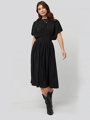 NA-KD Trend Marked Waist Dress svart