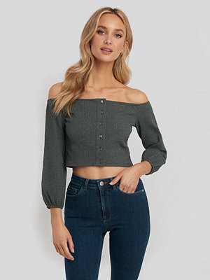 Pamela x NA-KD Puff Sleeve Button Up Crop Top grå