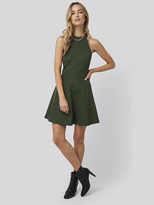 Pamela x NA-KD Halter Neck Skater Dress grön