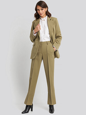 NA-KD Classic omönstrade byxor Creased Side Slit Pants beige