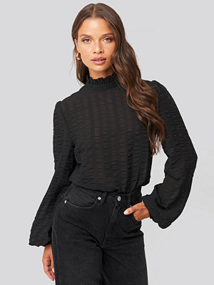 NA-KD Boho Frill Neck Structured Blouse svart