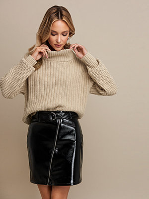 Linn Ahlborg x NA-KD Patent Zipper Skirt svart