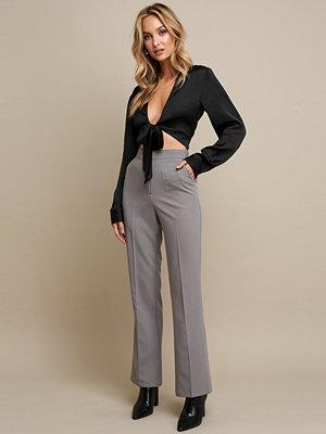 Linn Ahlborg x NA-KD Pleat Front Flare Leg Suit Pants grå byxor