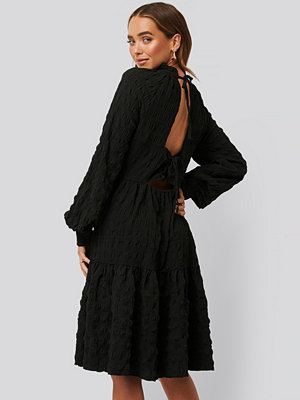 NA-KD Boho Structured Open Back Dress svart