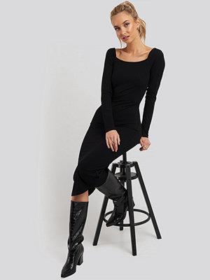 NA-KD Square Neck Long Sleeve Ribbed Midi Dress svart