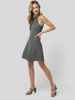 Pamela x NA-KD Halter Neck Skater Dress grå