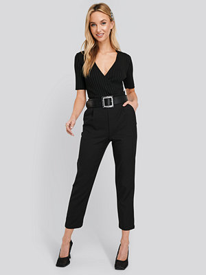 NA-KD svarta byxor High Waist Straight Pants svart