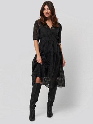 NA-KD Trend Short Puff Sleeve Wrap Dress svart