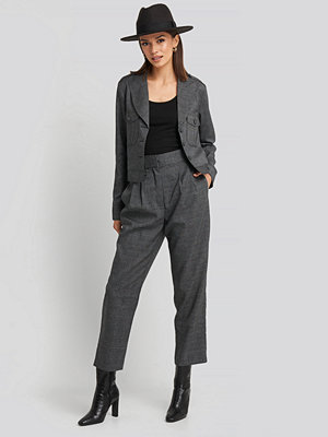 NA-KD Classic mörkgrå byxor Loose Fit Plaid Cropped Pants grå
