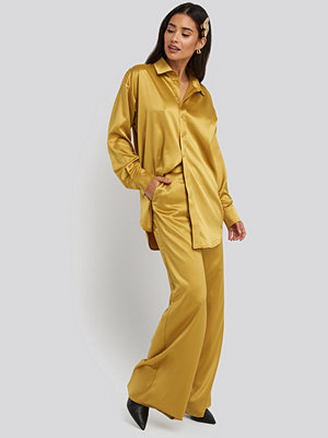 NA-KD Party omönstrade byxor Wide Leg Satin Pants gul