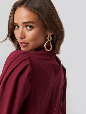 NA-KD Trend High Neck Long Sleeve Shift Dress röd