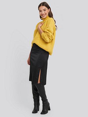 NA-KD Trend Front Slit Satin Skirt svart