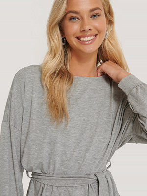 NA-KD Belted Long Sleeve Top grå