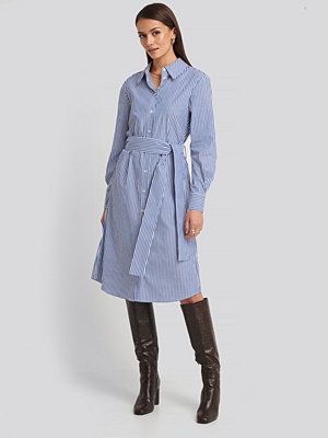 NA-KD Classic Belted Midi Shirt Dress vit blå