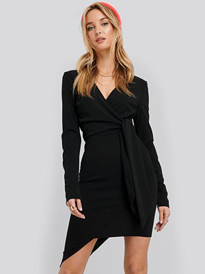 NA-KD Party Asymmetric Hem Mini Dress svart