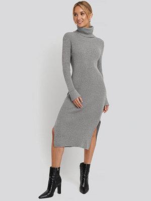 NA-KD Recycled Turtle Neck Split Hem Sweater Dress grå